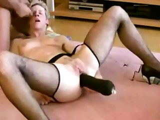 Mann legte einen riesigen schwarzen Dildo in Frau Ass
