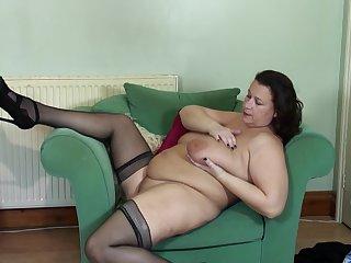 Plump mature night amateur MILF Eva Jayne exposes her huge tits