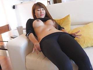 Asian bombshell Tiffany takes deficient keep her clothes and exposes her pussy