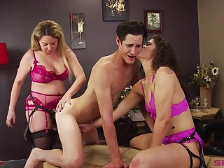 Bisexuall triple with Victoria Voxxx is memorable for this guy