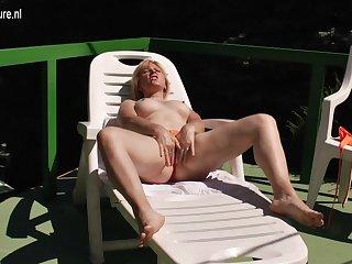 Inauspicious Mature Slut Masturbating In The Warm Sunshine - MatureNL
